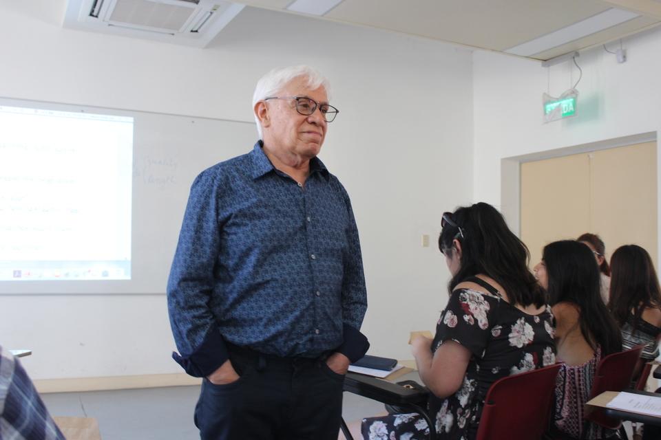 Destacado académico ofreció seminario sobre fonética a profesores de la red y estudiantes