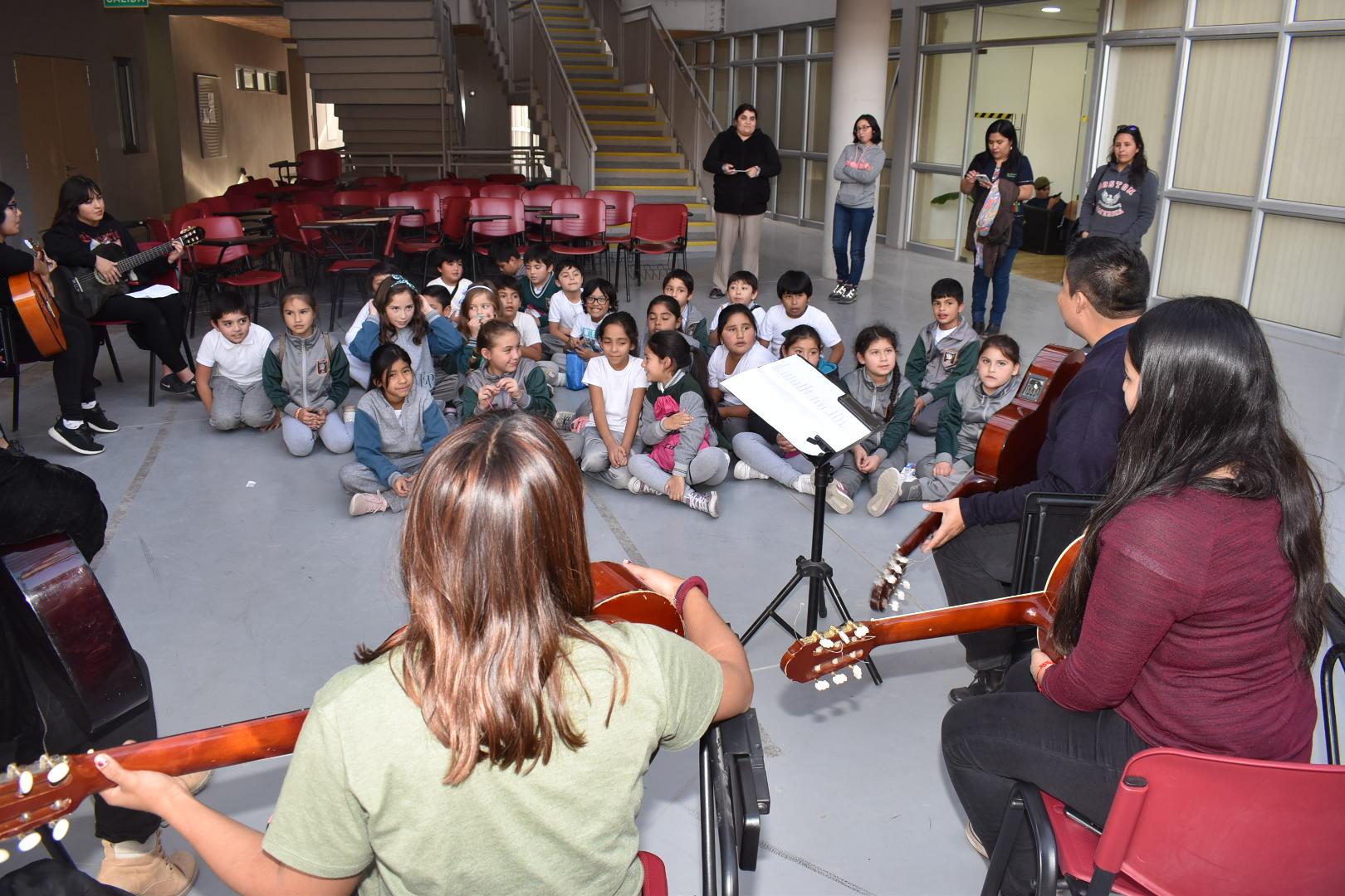 Estudiantes de Pedagogía en Educación General Básica ofrecieron talleres artísticos para niños y niñas de escuela El Palomar