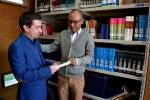 Académico entrega libros de su autoría a Biblioteca FACSAL para fortalecer bibliografía