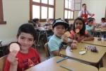 Más de una veintena de niños y niñas participan en el taller de Arte y Manualidades que ofrece la UDA